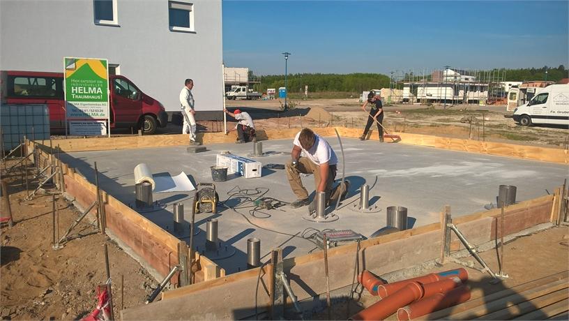 UGA Durchführungen werden auf der Sauberkeitschicht mittels Dübel fixiert.