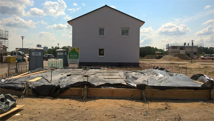 Nach dem Einbringen der Bewehrung wird dan der entsprechend geforderte Beton eingbracht. und entsprechen Nachsorge betrieben.