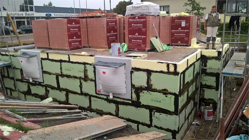 """Haus mit """"weißer Wanne"""". Druckwasserdichte Kellerlichtschächte von ACO mit Thermoblock sind angebaut und die Kellerwänder wurden gedämmt. Montag geht es mit dem Hochbau weiter."""